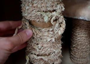Die Stämme vieler günstiger Katzenkratzbäume sind nur mit Sisal umwickelte Pappe. Bei intensiver Krallenpflege deiner Katze löst sich das Material schnell ab.